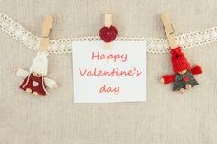 Biglietto di S. Valentino, cartolina d'auguri Perni di legno, coppie amorose tricottate mA Fotografia Stock Libera da Diritti