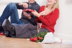 Biglietto di S. Valentino: Coppie che hanno Champagne e Candy Fotografie Stock Libere da Diritti
