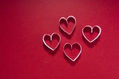 Biglietto di S. Valentino, cuore bianco su un fondo del cioccolato Fotografia Stock