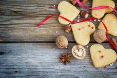 Biglietto di S. Valentino di biscotto al burro, cuori variopinti, nastri, cannella e dado Immagini Stock Libere da Diritti