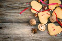 Biglietto di S. Valentino di biscotto al burro, cuori variopinti, nastri, cannella e dado Fotografia Stock Libera da Diritti