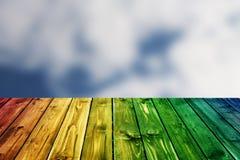 Biglietto di S. Valentino di legno variopinto del fondo del fiore del cuore della tavola colorata di verde blu del cielo blu dell Fotografia Stock Libera da Diritti