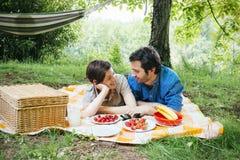 Biglietto di S. Valentino di picnic degli amanti Fotografia Stock Libera da Diritti