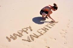 Biglietto di S. Valentino felice, ragazza sulla spiaggia Fotografia Stock Libera da Diritti