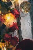 Biglietto di S. Valentino: Fuoco su Rose With Candy And Champagne rossa concentrare Fotografie Stock Libere da Diritti