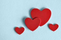 Biglietto di S. Valentino individuato su un fondo blu Fotografia Stock Libera da Diritti