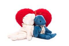 Biglietto di S. Valentino rosso bianco del cuore dell'orsacchiotto Fotografia Stock