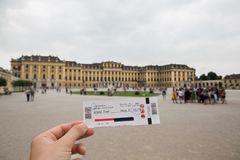 Biglietto per il palazzo famoso di Schonbrunn con il grande giardino del Parterre a Vienna, Austria immagini stock
