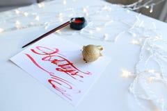 Biglietto postale con le feste del testo nel color scarlatto di colore sullo shee bianco Immagini Stock