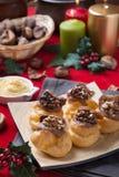 Bignè de Christmass avec des noix et des figues photographie stock