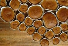 Bigné al forno casalinghi sulla tavola di legno Fotografia Stock Libera da Diritti