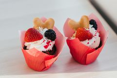 Bigné casalinghi con le fragole e le more crema e fresche Fotografie Stock Libere da Diritti