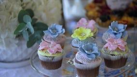 Bigné colourful deliziosi in primo piano video d archivio