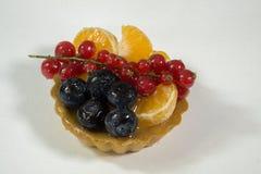 Bigné con bio- frutta fresca, arancia, mirtillo, ribes, foto di vista laterale, fondo bianco, isolato immagine stock