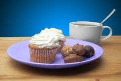 Bigné con cioccolato sul piatto Fotografia Stock Libera da Diritti
