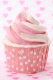 Bigné con glassare della vaniglia e cuori rossi svegli Fotografia Stock