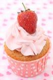 Bigné con glassare della vaniglia e cuori rossi svegli Fotografie Stock Libere da Diritti