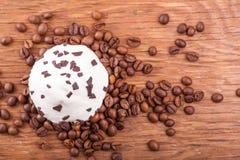 Bigné con i grani di caffè Immagini Stock