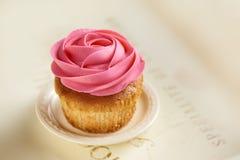 Bigné con il topview della rosa di rosa Fotografia Stock Libera da Diritti