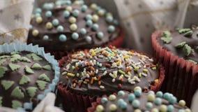 Bigné con le decorazioni della glassa e dello zucchero del cioccolato Fotografia Stock Libera da Diritti