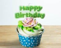 Bigné con una candela di buon compleanno Immagini Stock