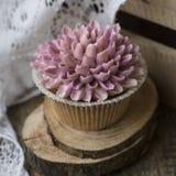 Bigné decorati con i fiori crema fotografia stock libera da diritti