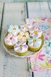 Bigné decorati con i fiori della crema e della caramella gommosa e molle del burro fotografia stock