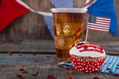Bigné decorato e bevanda fredda con il tema del 4 luglio Fotografia Stock Libera da Diritti