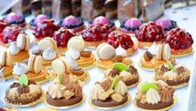 Bigné dei dolci con i frutti su un'esposizione Fotografia Stock Libera da Diritti