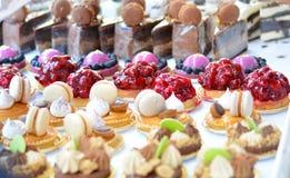 Bigné dei dolci con i frutti su un'esposizione Immagine Stock Libera da Diritti
