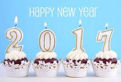 Bigné del buon anno con 2017 candele Immagine Stock