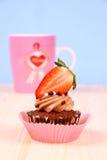 Bigné del cioccolato con la tazza di caffè e della fragola Fotografia Stock Libera da Diritti
