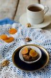 Bigné del cioccolato con le albicocche secche e le noci Fotografie Stock