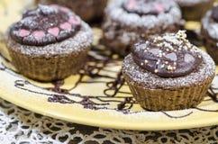Bigné del cioccolato di dieta sul piatto giallo. Macro Fotografia Stock Libera da Diritti