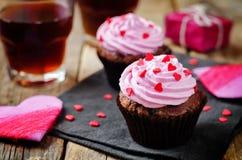 Bigné del cioccolato di pepita di cioccolato per il giorno del ` s del biglietto di S. Valentino fotografia stock libera da diritti