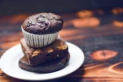 Bigné del cioccolato sul brownie del cioccolato su palte bianco fotografie stock
