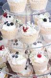 Bigné del formaggio cremoso di nozze messo con le bacche Fotografia Stock