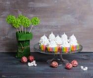 Bigné del merengue dell'arcobaleno sopra con la decorazione del rattan Immagini Stock