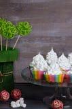 Bigné del merengue dell'arcobaleno sopra con la decorazione del rattan Fotografia Stock Libera da Diritti