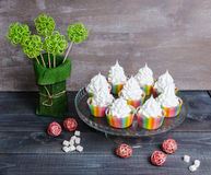 Bigné del merengue dell'arcobaleno sopra con la decorazione del rattan Immagine Stock Libera da Diritti