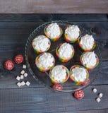 Bigné del merengue dell'arcobaleno sopra con la decorazione del rattan Fotografia Stock
