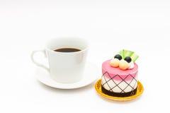 bigné del mirtillo con caffè nero in tazza di caffè macchiato Immagine Stock