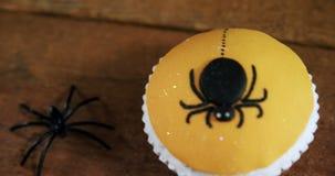 Bigné del ragno di Halloween su una tavola di legno 4k archivi video