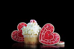 Bigné della cioccolata bianca con i biscotti del cuore immagine stock libera da diritti
