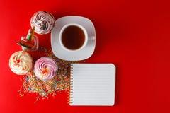 Bigné della prima colazione dei bambini di divertimento sul fondo di rosso del brigth Fotografia Stock