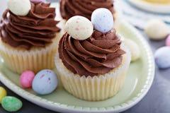 Bigné della vaniglia di Pasqua con glassare del cioccolato immagini stock libere da diritti