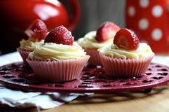 Bigné della vaniglia e della fragola in cucina Fotografie Stock