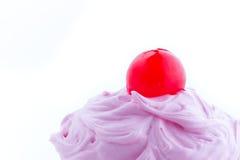 Bigné dentellare con la ciliegia sulla parte superiore Fotografie Stock