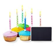 Bigné di buon compleanno con le candele con un segno nero per congr Fotografia Stock