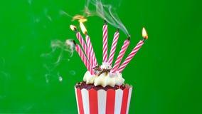 Bigné di buon compleanno con le candele variopinte Immagini Stock